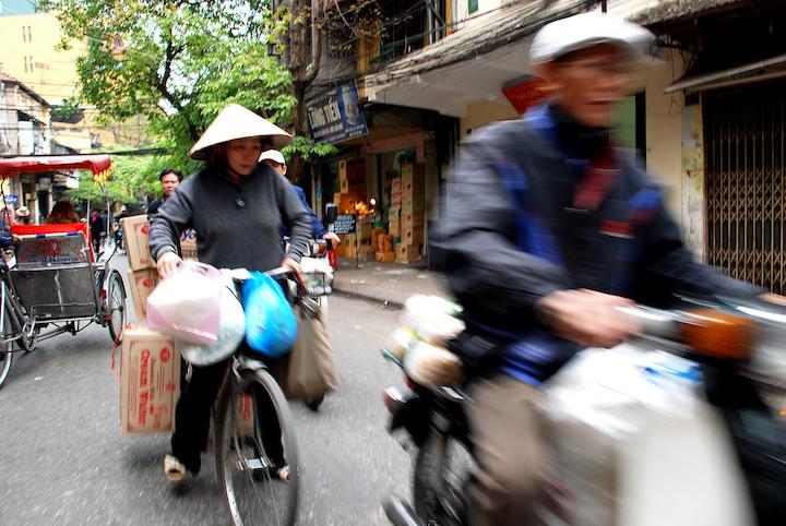 rue scooter vélo pousse pousse hanoi